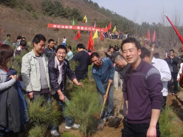 青年志愿者义务植树活动